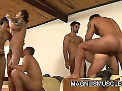 Muscle dubb soldater som har group sex