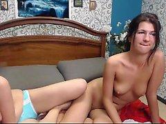 Bionda lesbica che gioca il castoro di una bruna