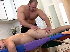 Orsacchiotto Etero viene massaggiò dalla appassionato massaggiatore
