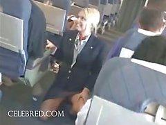 Sexy stoofpot zuigen en streelde pik op het vliegtuig uniforme