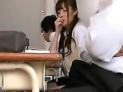 Studentessa bella orientale con gambe sexy sfiora Hersel