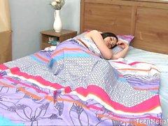L'ange du sommeil est réveillé par le garçon pour le sexe