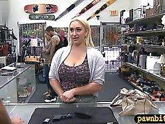 Huge booty blondes Baby durch pawn Kerl genagelten Extrabargeld sammeln
