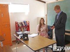 SpyFam Lärarstöddotter Nina Skye förför stiftdadskollegiet
