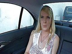 Anita Blue säljer hennes fitta i en bil