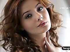 Atractivo Brunette adolescente con un de masturbación individual el coño peludo