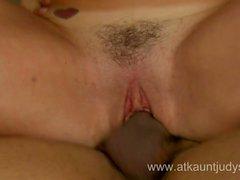 Big breasted MILF puma salta sobre jovem pecker com prazer