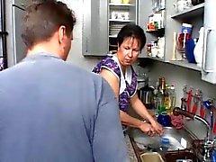 Mutfakta olgun alman SEKSİ MOM N108 esmer