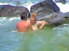 Joven SÖ coje einem una madura en la playa ( Espia )
