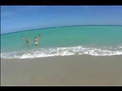 Joven españoles que desgasta atractivo diminuto bikini