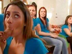 Betrunken Mädchen saugt Hähne