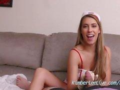 Infirmière Kimber Lee aide des patients avec gants en latex Main-!