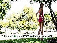 Di Tina angelico donna bionda in posa e il lampeggia asino e tette outdoor