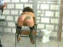 Наручники ведомого согнуть на стул в шлепали по ее и сформированного задницу ар