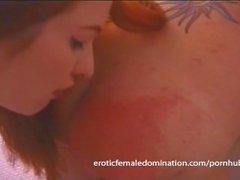 Seksi kızıl saçlı dominatrix bazı ağrılı köle egzersizleri ile Felix koyar