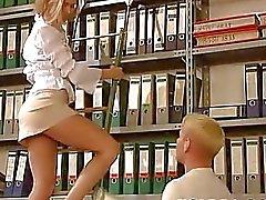 Fresca do russo Blonde está fodido no escritório de