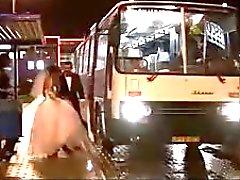 Heta tjejer knullar i bussen
