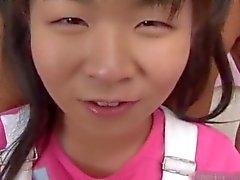 Winzigen asiatischen Teenager sich ihre Pussy fickte Teil1