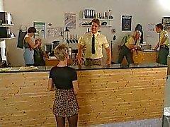 Femelle de allemande fait baiser au cabinet du de police