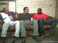 Black män som delar i röven av en rolig vitt kille