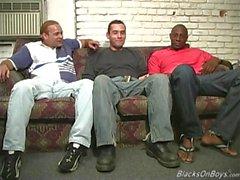 Les hommes noirs partageant le cul d'un gars drôle blanc