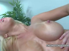 Blonde babe Jessica Lynn lets the masseur bang her twat