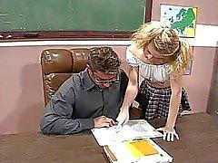 Blonde schoolgirl fucks hennes heta lärare