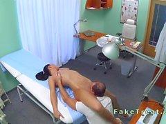 Massage de la médecin et les fucks belle infirmière