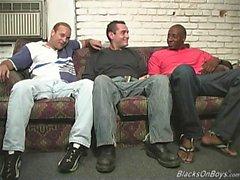 Mustat miehet jakavat hauskan valkoinen mies