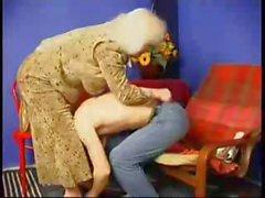 Eski annesi onu spanks ve sonra da onu fucsk