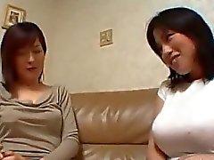 De fille asiatique embrassant sur Le Canapé Comment les mamelons a sucé chat Licked Les Sur Le Bâti