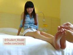 kinesisk student som fötter kittlar