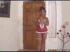 Maid Indian de tetas grandes se desnuda