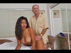bystig ebony påsatt av vitt Grandpa