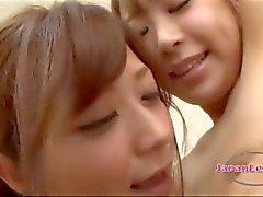 2. Schulmädchen in Rock reibt Titten Küssen auf das Bett