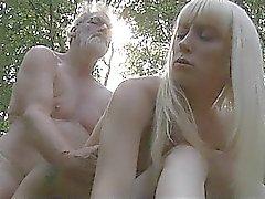 Oldman fode com dois adolescentes da floresta