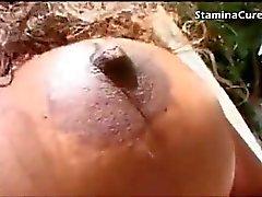 D'ébène plantureuse prend une charge sur ses seins