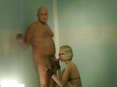 Reizvolles blondes Ex - eine Freundin saugt ...