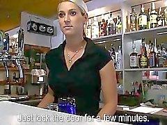 Pretty barmaid Lenka para için dövülerek