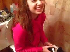 Cute niñas haciendo pis en el inodoro