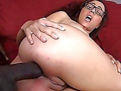 Rossane Rae nel culo pompati sullo strato colore rosso