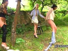 Bedövats persika i underkläder som geeting kissade om samt borrade