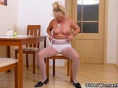 Euro Gilf Koko börjar gnugga hennes söta mognat klitoris