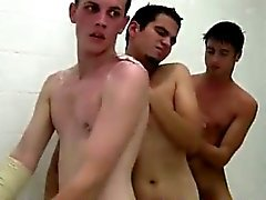 Doccia momento per un gruppo di adolescenti nella fratellanza gaio