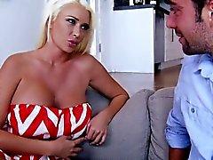 Bigtitted cumloving blonda suger kuk före kön