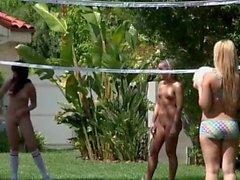 У девочек есть внешняя оргия после игры в голый футбол