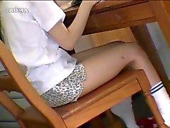 Asyalı kızlar nesneleri sarsıyor
