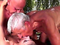 båda horny äldre män knullas av tonårsbrud