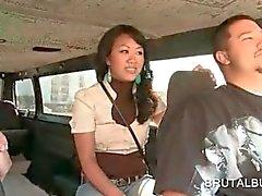 Tonåring asiatisk raring ridning kön bussen för ett knull