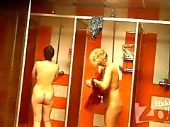 Girls bathe in public shower_1133